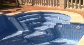 Tipos de escaleras para piscinas